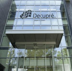 Een foto van de ingang van het Decupré hoofdkantoor in Didam.