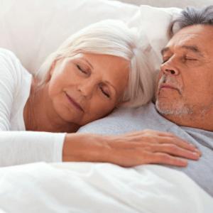 Een foto van een tevreden slapend ouder echtpaar.
