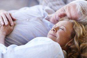 Een ouder echtpaar dat tevreden ligt te slapen op een hoogwaardig multi-layer matras.
