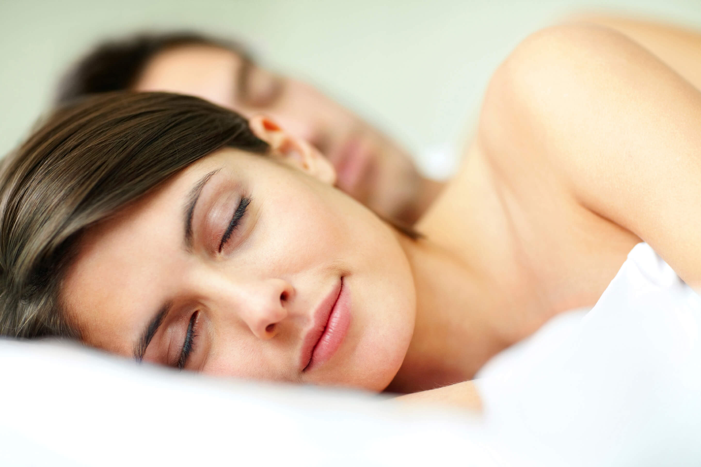Gelukkig slapend stel slaapcomfort ondersteuning gezonde houding advies