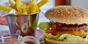 Slechte slaapgewoontes: ongezond eten kan uw nachtrust belemmeren