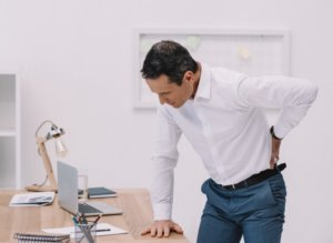 Rugklachten kunnen ontstaan door een verkeerde lichaamshouding of een slecht matras.
