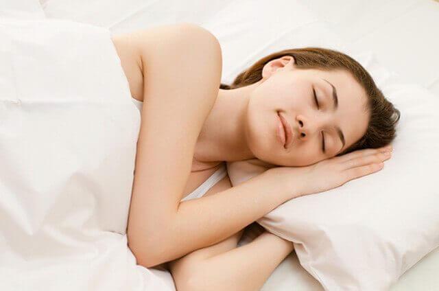 Eén van de voordelen van goed slapen is dat uw huid er mooier uitziet.