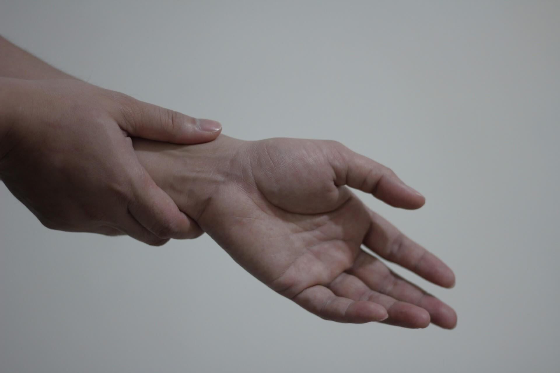 Een afbeelding van een persoon die last heeft van slapende ledematen