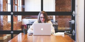Langdurig achter de computer zitten kan leiden tot hoofdpijn