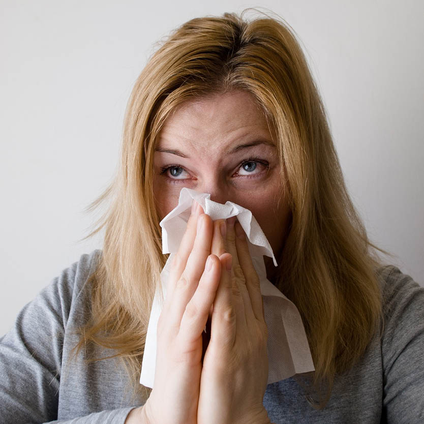 Een foto van een vrouw met een allergie. Haar klachten verminderen doordat zij latex matrassen in huis heeft.