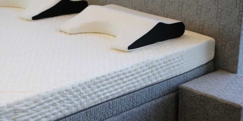Een foto van het kwalitatief hoogwaardige matras en hoofdkussen van Decupré