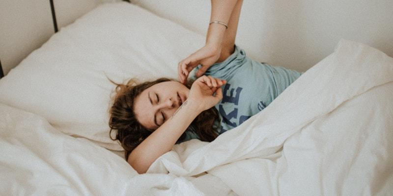 Een foto van een vrouw die haar traagschuim matras uitprobeert tijdens de proefslaap periode.