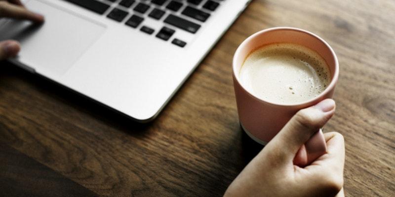 Het drinken van koffie laat op de avond kan leiden tot slaaptekort.
