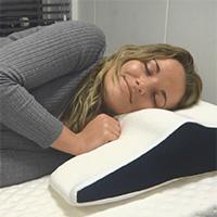 Een foto van een vrouw die ondanks haar artrose heerlijk ligt op een Decupré matras en hoofdkussen