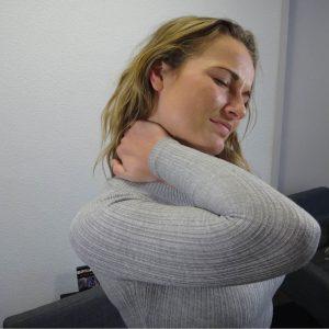 Een foto van een vrouw met nekpijn.