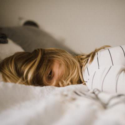 Een foto van een vrouw die last heeft van slapeloosheid