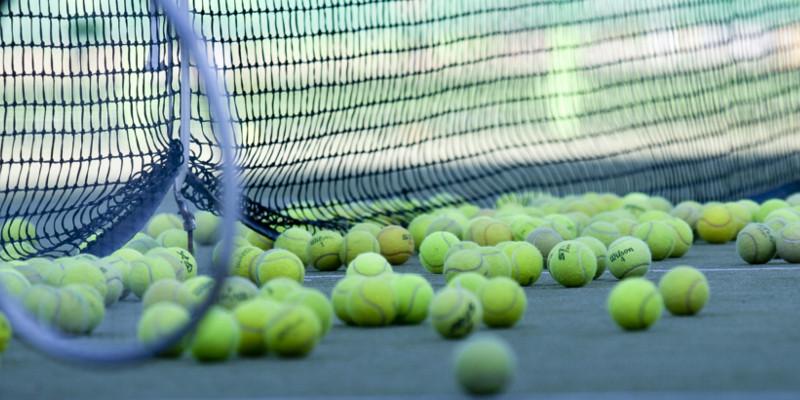 Langdurig tennissen kan leiden tot een slijmbeursontsteking in bijvoorbeeld de schouder of heup