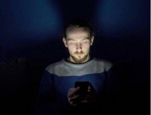 De smartphone in bed