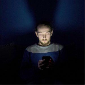 Het gebruik van de smartphone in bed zorgt er voor dat u zich minder moe voelt
