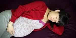 Slapen op de linker zij tijdens de zwangerschap verkleint de kans op doodgeboorte mits er geslapen wordt op een goed matras