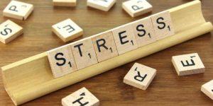 Stress veroorzaakt vermoeidheid en hoofdpijn.