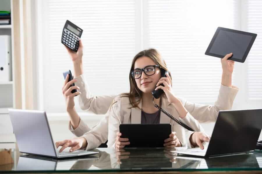 Vrouwen multitasken vaker waardoor zij meer slaap nodig hebben dan mannen.