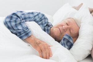 Slapende meneer van leeftijd